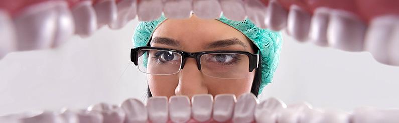 Migrénnel és alvászavarral játó éjszakai fogcsikorgatás, illetve az alsó és felső fogsor görcsös összeszorítása